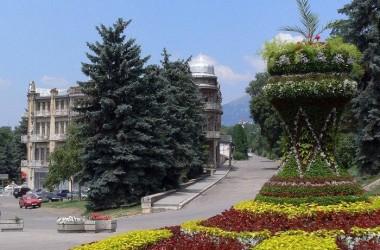 Клумбы и цветники курортного Пятигорска выходят из «зимней спячки»